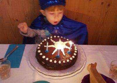 2018-02-07-Pihanje svecke za rojstni dan